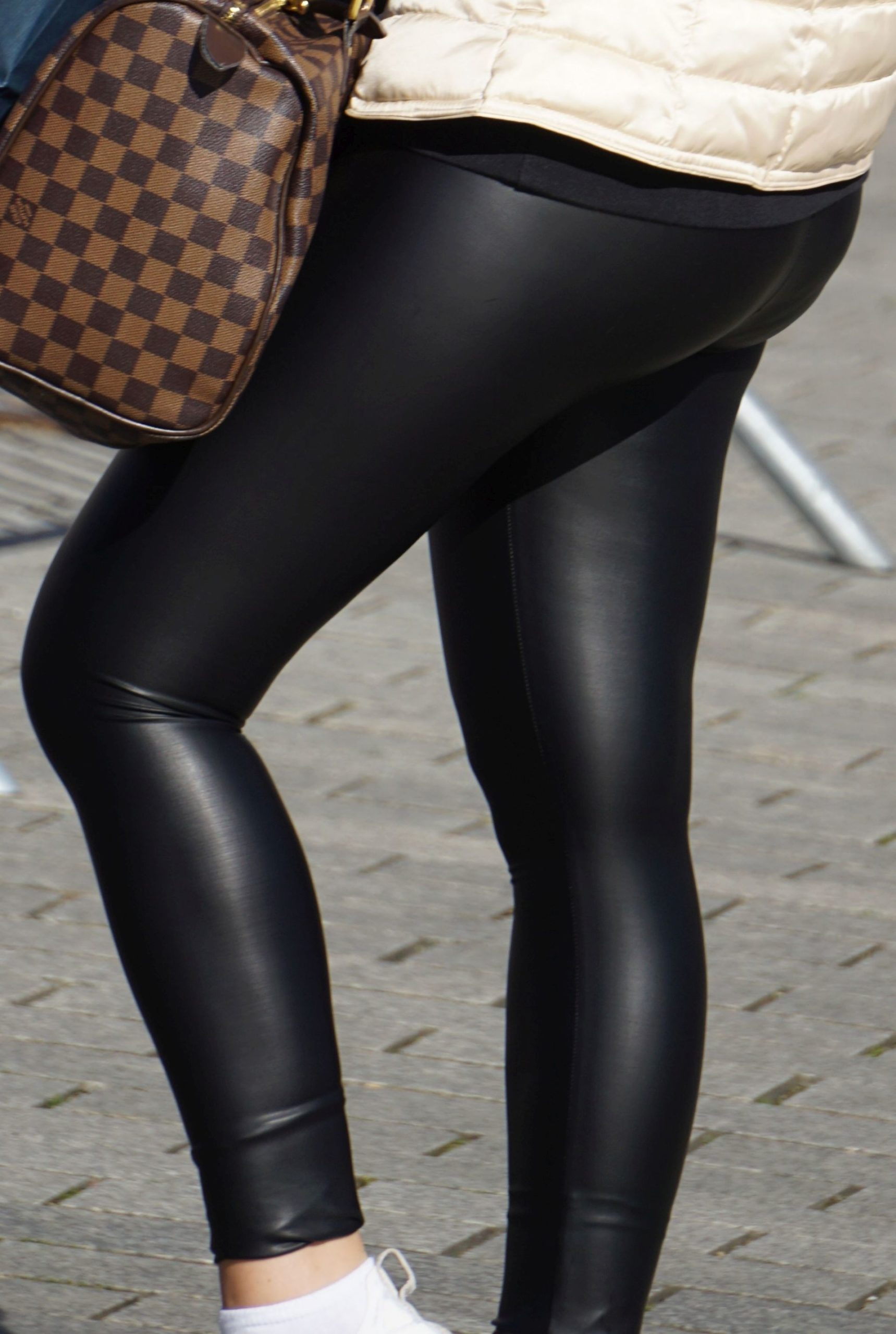 Leather leggings – tight round MEGABUTT – bend over!